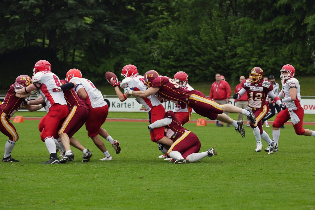 Carboo4U Football - Carboo4U Football - Die Jets-Defense macht Druck auf Lübecks Quarterback Zebrasky (Foto: Adam Sander.)