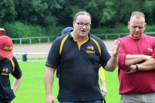 Andreas Heinen trainiert die Offense Line der GreenMachine U19 - JuniorJets Head Coach Andreas Heinen.